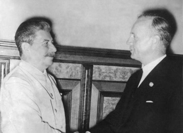 W 1943 roku Stalin był już w obozie aliantów, ale sprawa wcześniejszego sojuszu niemiecko-sowieckiego i atak sowiecki na Polskę pozostawały nierozliczone. Na zdjęciu Stalin z Joachimem von Ribbentropem w 1939 roku.
