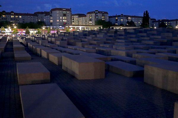 Berliński pomnik pomordowanych Żydów w Europie, zwany pomnikiem Holokaustu, widoczny o zmierzchu.