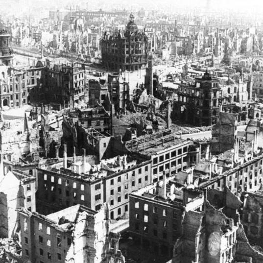 W wyniku bombardowania Drezno zostało praktycznie zrównane z ziemią.