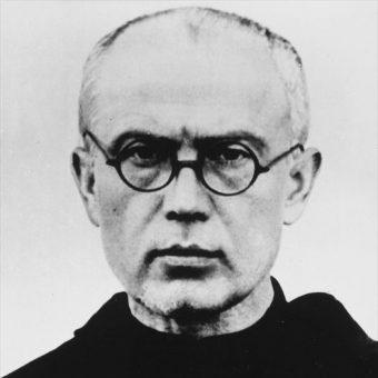 Maksymilian Kolbe zginął w Auschwitz, ofiarując swoje życie za życie współwięźnia.