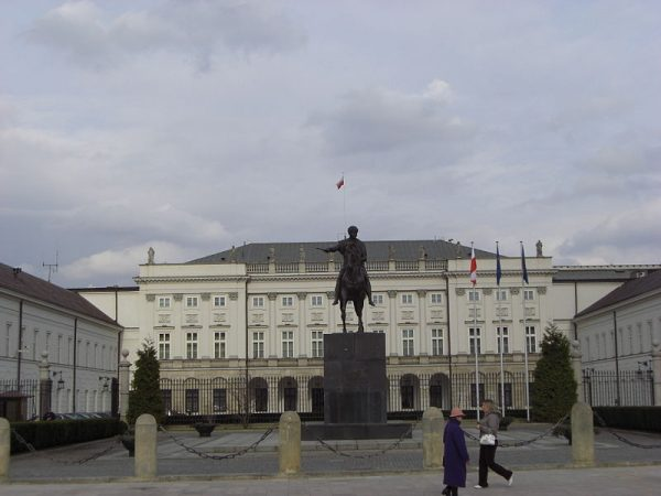 W sprawie oskarżenia, które padło na Oleksego, w Pałacu Prezydenckim z nowym prezydentem spotykali się Władysław Bartoszewski, minister spraw zagranicznych, i Andrzej Milczanowski, minister spraw wewnętrznych.