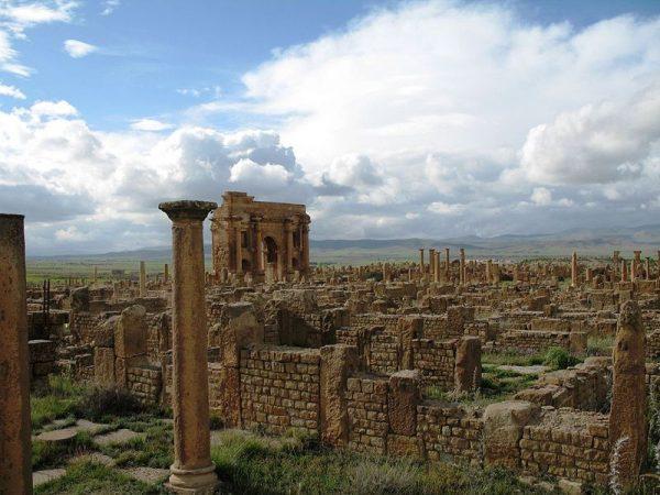 Starożytne miasto Timgad zostało założone w 100 roku n.e. przez cesarza Trajana w miejscu wcześniejszej osady kartagińskiej. Zachowany do dziś kompleks ruin wpisany jest na listę światowego dziedzictwa kultury UNESCO.