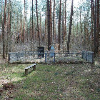 Ofiary zbrodni w Parośli pochowano we wspólnym grobie.