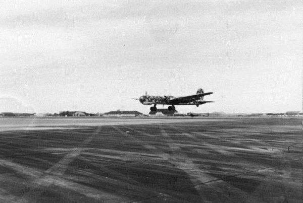 Czyżby największy bombowiec Luftwaffe, Heinkel w wersji HE 177 V38, był przeznaczony do transportu bomby atomowej? Na ilustracji Heinkel He 177 startujący z lotniska w 1944 roku.