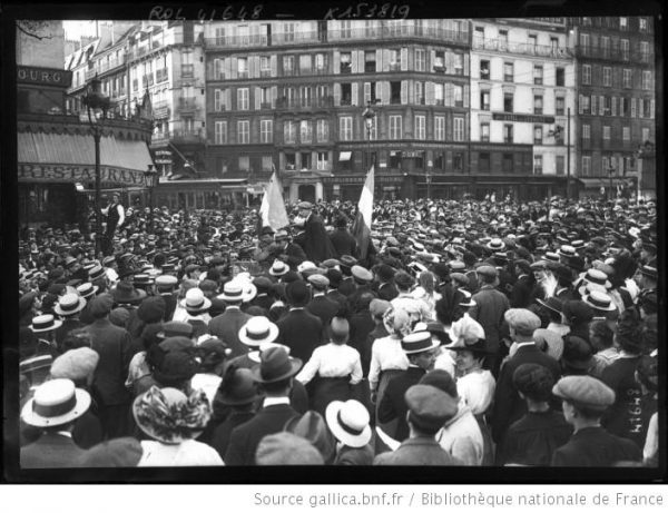 Pierwszych francuskich żołnierzy wyruszających na wojnę żegnały tłumy paryżan.