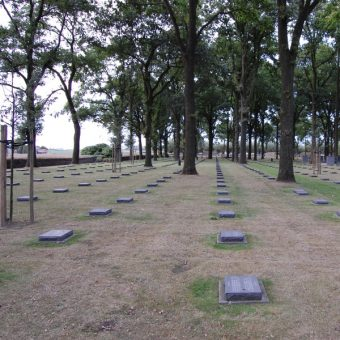 Gdyby Adolf Hitler razem z towarzyszami broni zginął pod Ypres i spoczął na tym cmentarzu, losy świata mogłyby się potoczyć zupełnie inaczej (fot. DieLachendeMehrheit, lic. CCA-SA 4.0)