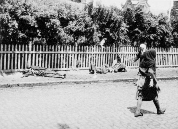 Przez całe dziesięciolecia o ofiarach Wielkiego Głodu pamiętano właściwie tylko w ukraińskiej diasporze. Na zdjęciu głodujący na ulicach Kijowa.