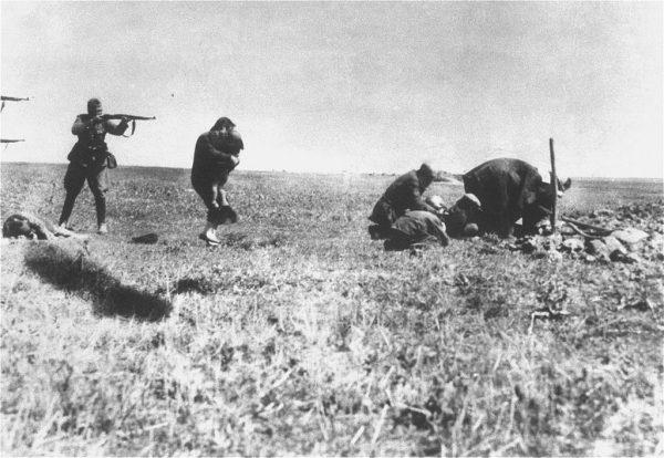 Einsatzgruppen były grupami operacyjnymi hitlerowskiej policji bezpieczeństwa działającycmi w czasie II wojny światowej. Na zdjęciu egzekucja Żydów kijowskich przez niemieckie oddziały Einsatzgruppen niedaleko Iwangorodu na Ukrainie (1942).