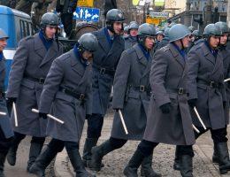"""Milicjanci z filmu """"Czarny czwartek"""" opowiadającego o wydarzeniach grudnia 1970 (fot. Startscream, lic. CCA-SA 3.0)"""