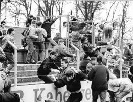 Niemieccy chuligani biją się ze stróżami prawa (fot. Bundesarchiv, Bild 183-1990-0414-009, Wolfried Pätzold, lic. CC-BY-SA 3.0)