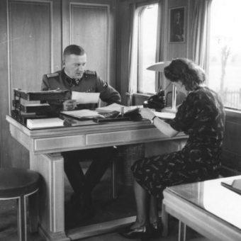Niemiecki żołnierz wraz z sekretarką w biurze ds. przesiedleń (fot. Bundesarchiv, Bild 137-068839, lic. CC-BY-SA 3.0)