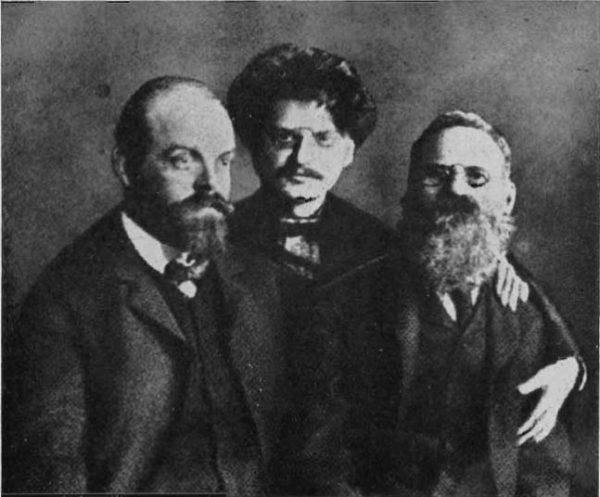 Niemcy brali pod uwagę scenariusz rewolucyjny dla Rosji. Szukali nawet potencjalnych współpracowników w ruchu socjalistycznym. Jednym z nich był Aleksandr Parvus (na zdjęciu z Lwem Trockim i Lwem Deutschem).