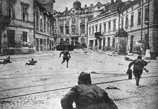 Fakt, że to Armia Czerwona jako pierwsze z sojuszniczych wojsk wkroczy do Polski, był dla dowódców AK trudny do zaakceptowania.