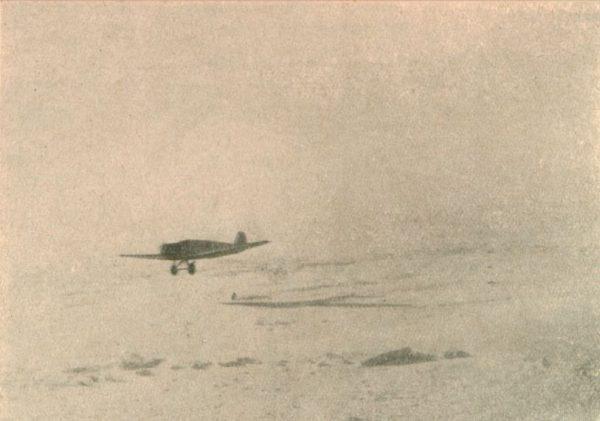 Niemiecki samolot zrzuca worki z żywnością,