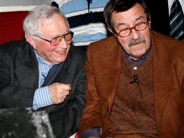"""""""Odra"""" jeszcze przed publikacją """"Rozmów z katem"""" cieszyła się dobrą opinią. Publikował w niej między innymi Tadeusz Różewicz (na zdjęciu z Günterem Grassem)."""