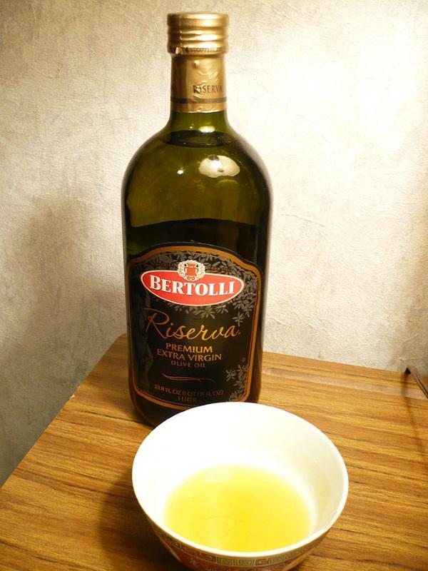 Umycie butelki po oliwie to nie lada wyzwanie (fot. Badagnani, lic. CCA 3.0 A)