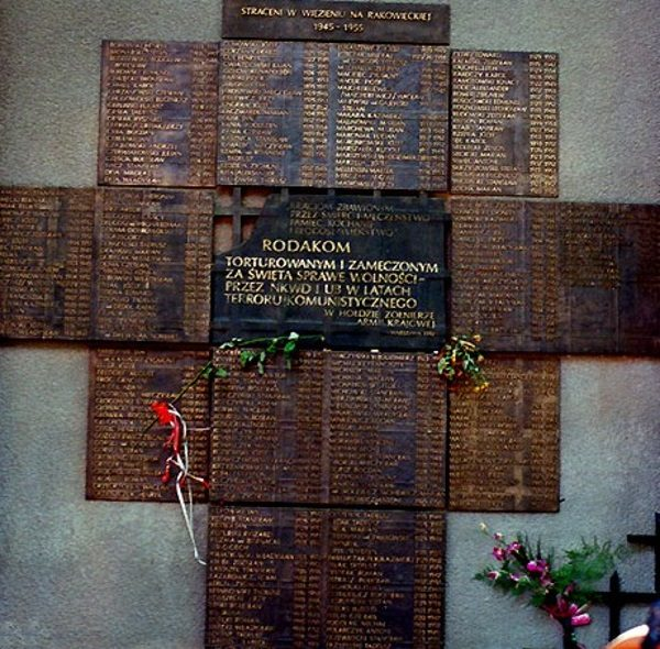 Ofiary tortur z mokotowskiego więzienia upamiętnia tablica na ścianie budynku.