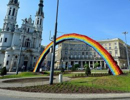 Zanim pojawiła się słynna tęcza na Placu Zbawiciela w Warszawie, plac był areną innego kolorowego protestu - zamiast tęczy ułożono z kwiatów krzyż (fot. Adrian Grycuk, lic. CCA-SA 3.0)