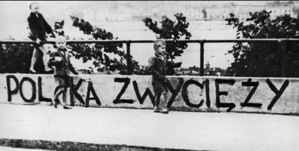 """Ducha walczącego narodu podtrzymywały także napisy na murach. Ilustracja z książki """"Wielka Księga Armii Krajowej""""."""
