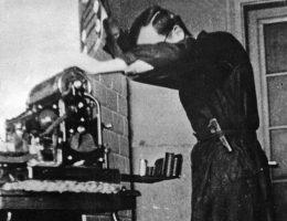"""Komenda Główna AK-ZWZ dysponowała maszynami drukarskimi, dzięki którym mogła rozpowszechniać między innymi """"Biuletyn Informacyjny"""". Ilustracja z książki """"Wielka Księga Armii Krajowej""""."""
