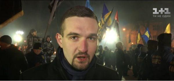 """Światosław Siryj w czasie marszu nacjonalistów (fot. screen materiału przygotowanego przez telewizję """"1+1"""")"""