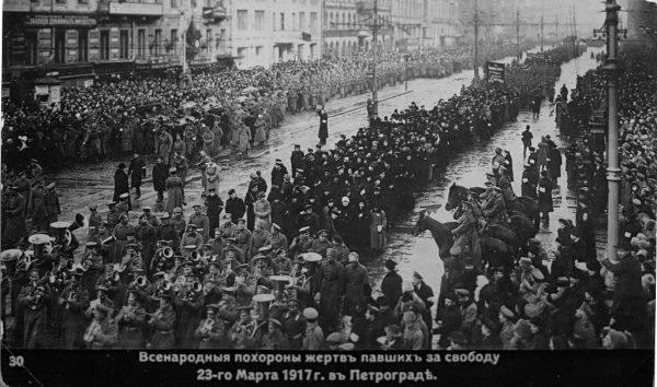 Oficjalny pogrzeb poległych za rewolucję. Bolszewicki przewrót nie zaprowadził w Rosji pokoju. Przeciwnie, był początkiem zamętu i przemocy stosowanej na niewyobrażalną skalę.