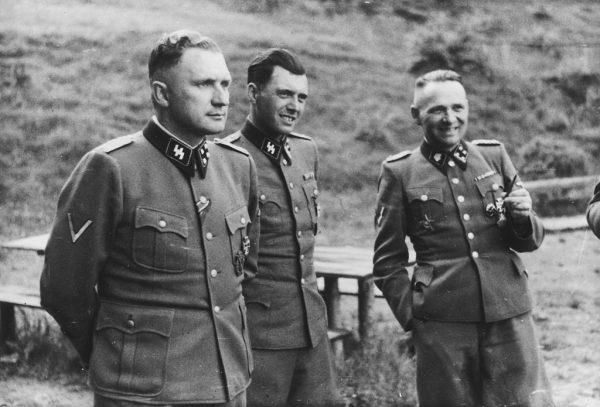 W 1960 roku Josef Mengele przeprowadził się do Brazylii. Na zdjęciu Anioł Śmierci stoi w środku. Auschwitz 1944 rok.