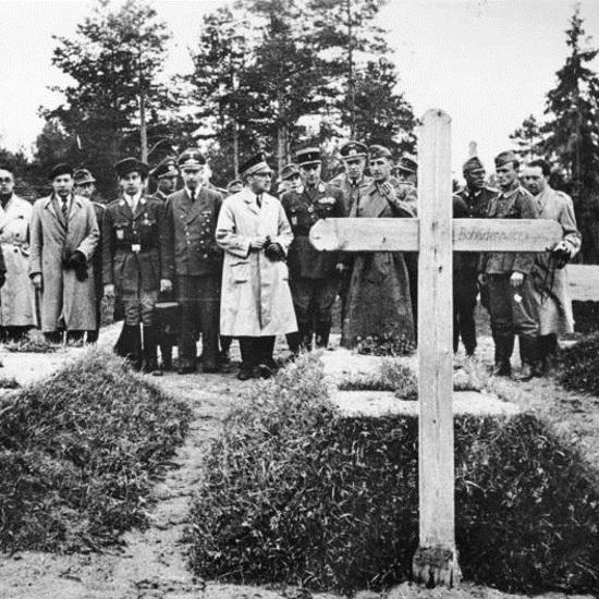 Niemcy nagłośnili sprawę znalezienia masowych grobów w Katyniu w kwietniu 1943 roku.