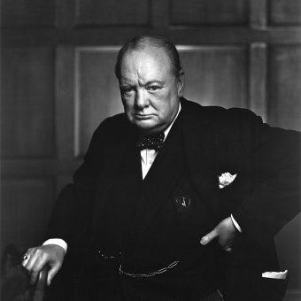 Winston Churchill znany był jako doskonały mówca. Nic dziwnego, że użyte przez niego określenie stało się niemal synonimem zimnej wojny.