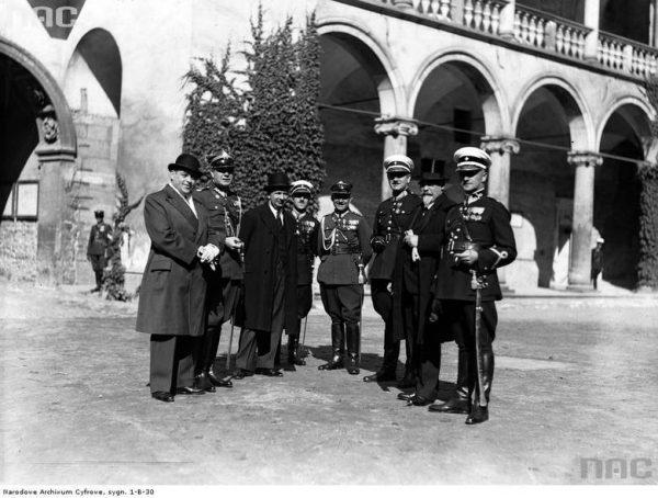 Aleksander Reszczyński (na zdjęciu 3. z prawej) - członek POW, oficer Policji Państwowej II RP, a w końcu komendant główny Policji Polskiej Generalnego Gubernatorstwa. Czy był także współpracownikiem ZWZ-AK?