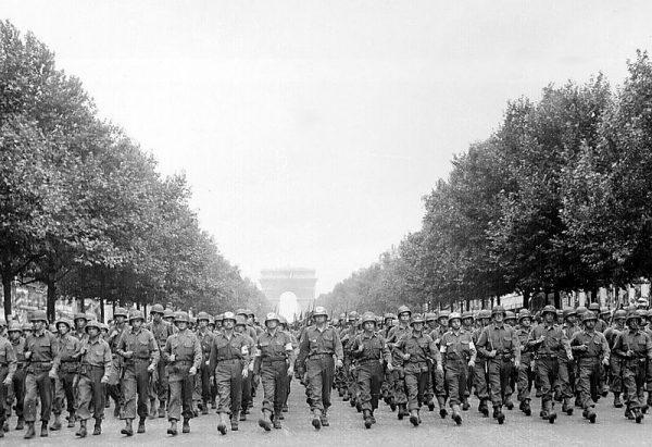 Alianccy żołnierze często byli zniesmaczeni, widząc przypadki golenia głów kobietom oskarżonym o kolaborację.