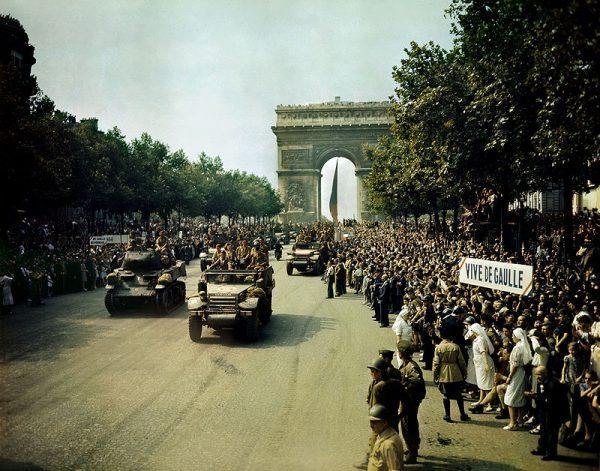 """Wyzwolenie Paryża było witane z radością, ale rozpętało również prawdziwą histerię, której wyrazem były """"dzikie czystki""""."""