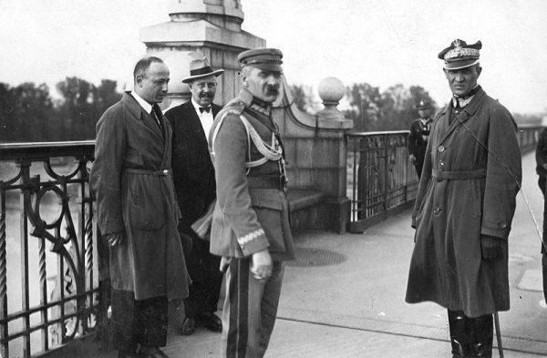 Na moście Piłsudskiemu towarzyszył generał Orlicz-Dreszer.