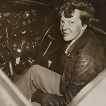 Amelia Earhart w kabinie swojego samolotu w 1937 (fot. domena publiczna)