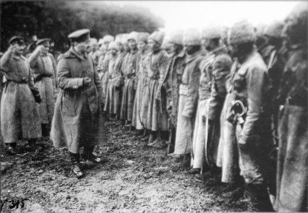 W styczniu 1919 roku Armia Czerwona po raz kolejny zajęła Kijów. Na zdjęciu Trocki przemawia do krasnoarmiejców.