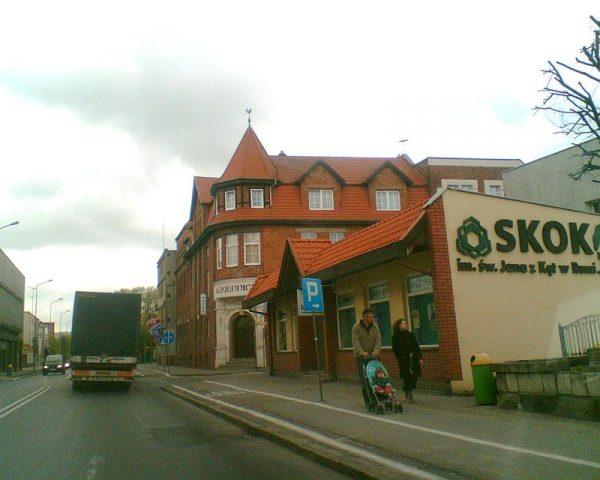 """Jednym z przedsiębiorstw, które padły ofiarą sowieckiej grabieży, była """"Pomorska Gorzelnia Koniaków, Fabryka Likierów, Rumów i Wódek A. Kaźmierski"""" w Chojnicach. Zajmowała ona budynek dzisiejszego hotelu """"Sukiennice""""."""