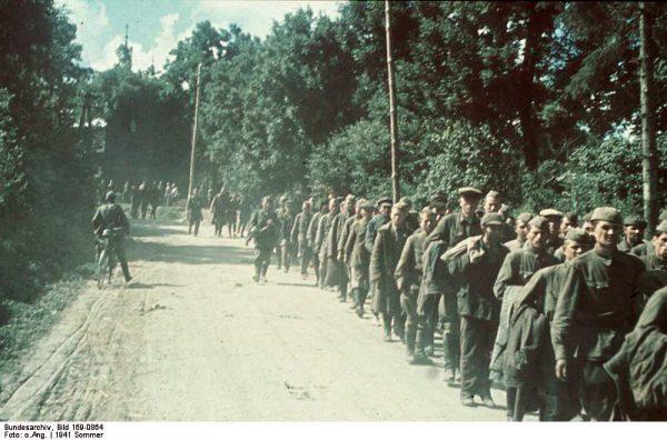 Pierwotnie atak III Rzeszy na ZSRR przewidywano na 15 maja 1941 roku. Z powodu interwencji Niemiec na Bałkanach przełożono go na 22 czerwca. Stalin nie uwierzył. Na zdjęciu jeńcy radzieccy.
