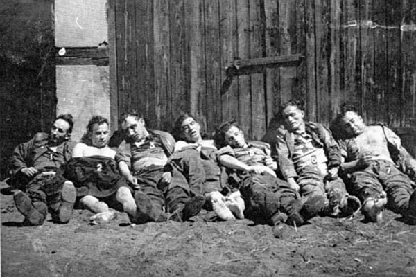Ciała poległych w walkach z UB i MO żołnierzy oddziału NZW por. Wacława Grabowskiego Puszczyka. Bez względu na to, ilu ich było, wyklętych ścigano jak dziką zwierzynę (fot. autor nieznany, lic. CC0)