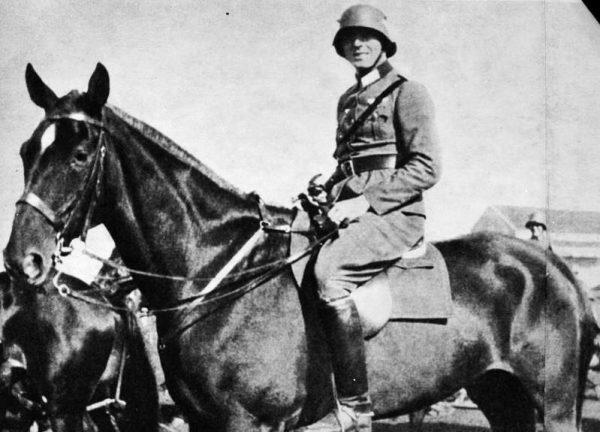 Claus von Stauffenberg podczas służby w 17. pułku kawalerii w Bambergu, 1926 rok (fot. Bundesarchiv, Bild 183-C0716-0046-003, lic. CC-BY-SA 3.0)