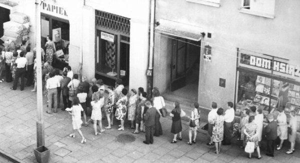 """Gdy w sklepach pojawiały się towary """"luksusowe"""", przed wejściem ustawiały się ogromne kolejki (fot. domena publiczna)"""