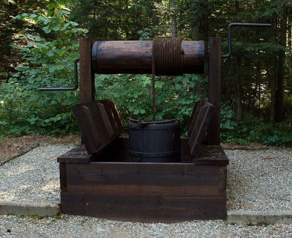 Właśnie za pomocą takich kopanek wydobywano początkowo ropę w Bóbrce.