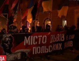 """Marsz nacjonalistów ukraińskich we Lwowie (fot. screen materiału przygotowanego przez telewizję """"1+1"""")"""