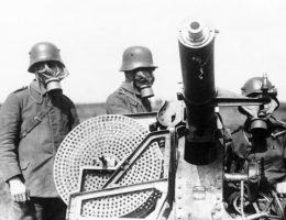 Niemieccy żołnierze obsługują działko ubrani w maski gazowe (fot. domena publiczna)