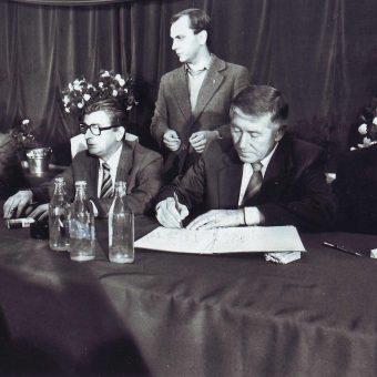 Podpisanie porozumień sierpniowych (fot. Stefan Cieślak, lic. CCA-SA 3.0)
