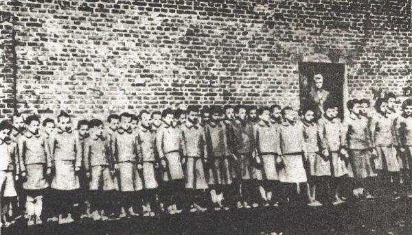 Obóz przy Przemysłowej posiadał swoją filię, uruchomioną prawie w tym samym czasie, co obóz macierzysty. Znalazła się ona we wsi Dzierżązna. Na zdjęciu dzieci z obozu.