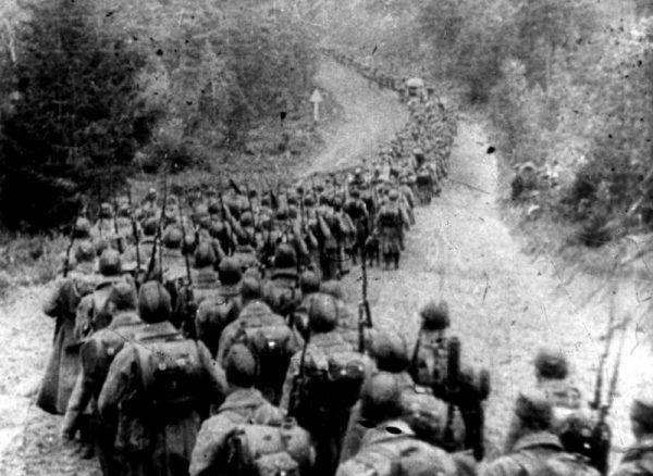 Kolumny piechoty sowieckiej wkraczające do Polski 17 września 1939 roku. Szkoda, że ten, tragiczny w naszej historii, epizod wciąż jest marginalizowany w zachodnich publikacjach dotyczących ZSRR oraz II wojny światowej.