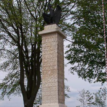 """Pomnik """"Ku chwale pierwszych bojów Józefa Piłsudskiego o niepodległość Polski"""", postawiony w 1928, zniszczony przez Armię Czerwoną w 1945, odbudowany w 1992 (Czarkowy niedaleko Nowego Korczyna)"""