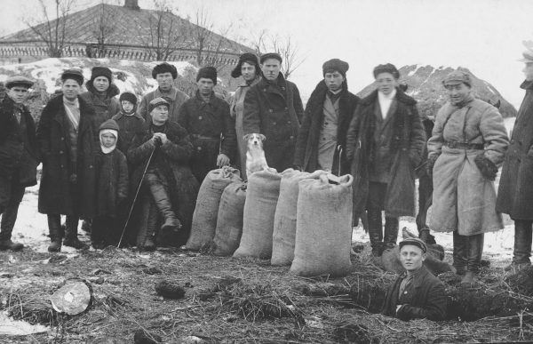"""W 1932 roku przystąpiono do bezwzględnych rekwizycji żywności na Ukrainie. Dla tamtejszej ludności często równało się to z wyrokiem śmierci. Zdjęcie z książki """"Czerwony Głód""""."""