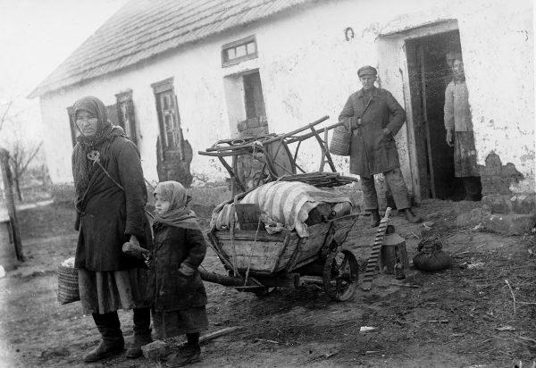 """Ukraińscy """"kułacy"""" skazani na deportację. Zdjęcie z książki """"Czerwony Głód""""."""