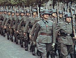 Do Wehrmachtu wcielono ogromną liczbę niechętnych Czechów, Polaków i Francuzów. Na zdjęciu oddziały Wehrmachtu w Paryżu.